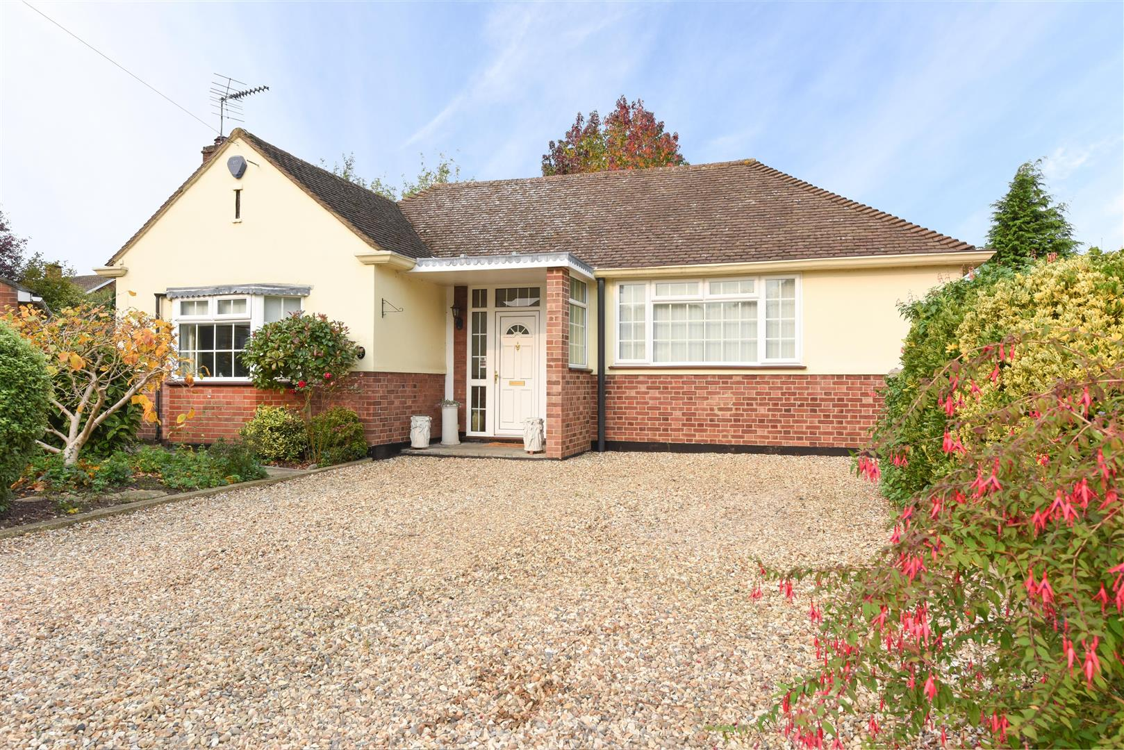 3 Bedrooms Detached Bungalow for sale in St. Michaels Close, Walton-On-Thames